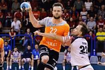 Hráč Jičína Jiří Groh (v bílém) se v souboji snažil ve druhém semifinále zastavit plzeňského Michala Tonara.