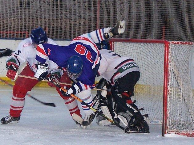 Marek Hanzlík (v modrém) v souboji s obranou soupeře.