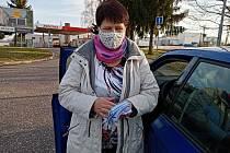 Iva Loudilová z Hořic má na starosti nejen distribuci tisku, nyní bude šít šest set roušek pro své kolegy.