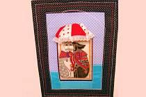 DVA POD BALDACHÝNEM, v popředí samozřejmě já a vzadu mi Tonda jistí záda.  Obrázek bude umístěn místo vánoční hvězdy na dveřích do ložnice.  Sv. Valentýna zde reprezentuje červená a několik srdíček na bílém podkladě. Zhotovení: JANOVA