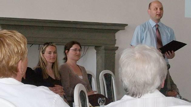 Ředitel archivu v Jičíně Karel Chutný při vystoupení na setkání kronikářů v Jičíně.
