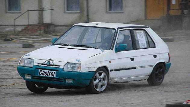 STÁLÝMI ÚČASTNÍKY závodů jsou i jezdci z Libuně. Na snímku Luděk Dubravský s vozem Škoda Favorit.