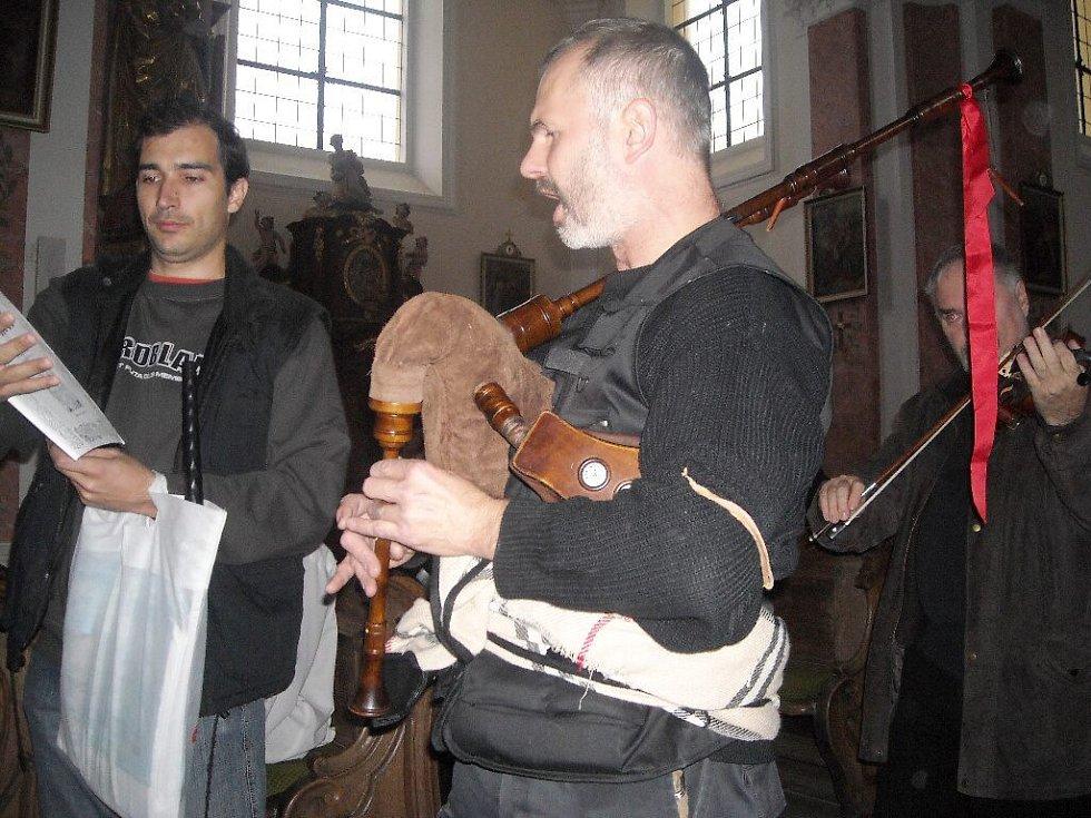 Dušičkový koncert v kostele v Ostružně.