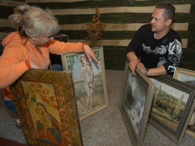 Gabriela Jirásková a Marek Svoboda při instalaci obrazů v bukvické soukromé galerii.