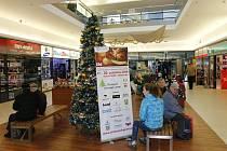 Vánoční strom v hradeckém Atriu.