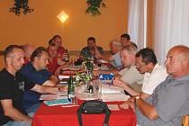 Účastníci losovacího aktivu v mlázovickém kulturním domě pozorně vyslechli zprávu předsedy disciplinární komise.