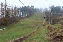 Novopacký zimní sportovní areál je připraven na sezonu. Lyžařské tratě už čekají na přísun umělého sněhu, zimní stadion na uvolnění epidemiologických opatření.