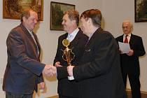 Mezi 25 oceněnýmiI byl také novopacký kuželkář Josef Antoš(vlevo),jedna z opor svého týmu v krajském přeboru.K úspěchu mu blahopřáli představitelé OVV ČSTV tajemník Václav Nidrle(uprostřed),předseda František Vitoch a vše uváděl místopředseda Frant.Rychna