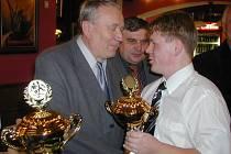 Václavu Soukalovi předal ocenění a blahopřál předseda okresního fotbalového svazu Jak Šotek.