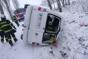Ke třem dopravním nehodám a popadám stromům vyjížděli v úterý hasiči na Jičínsku. Foto: HZS