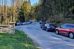 I přes zákaz vjezdu na parkoviště k Turistické chatě si někteří nenechali ujít velikonoční procházku Prachovskými skalami a svá auta zaparkovali podél vozovky.