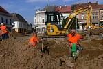 Město bez bariér. Takovým přívlastkem se budou moci pyšnit Hořice zhruba za tři roky, kdy by veškeré stavební úpravy měly být hotové. Na náměstí došlo i k výměně veškeré kanalizace.