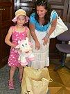 Adrianka Hátlová daruje hračky pro děti z oblastí postižených povodněmi.