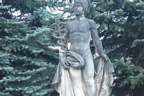 Bůh Hermes, socha na novopackém autobusovém nádraží.