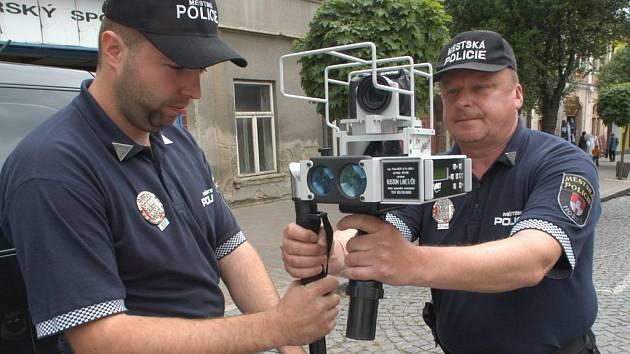 Hořičtí městští policisté Lukáš Dubenecký a Roman Král pomáhají při měření rychlosti v Hořicíchl.