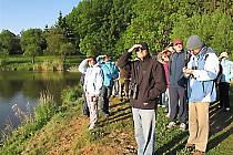 Ornitologové i veřejnost na procházce za ptačím zpěvem.