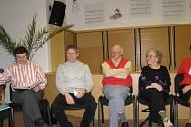 Václav Franc (vlevo) při autorském čtení Literárního spolku v jičínské knihovně.