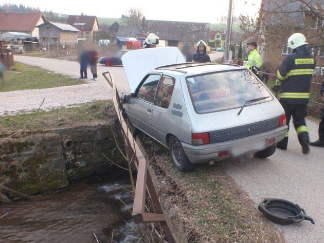 Havárie osobního automobilu ve Staré Pace.