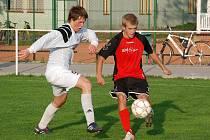 Bělohradský hráč Jiří Wagenknecht (v bílém dresu) při bránění útočníka hostí Stanislava Libřického.
