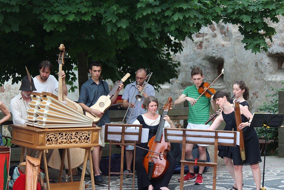 Koncert ke 400. výročí popravy 27 českých pánů na Staroměstském náměstí přilákal k Valdické bráně nadšence do staré hudby i zvědavé pozorovatele neznámých nástrojů.