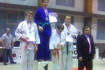 Jičínský medailista mladší žák Vít Jirutka na stupních vítězů zcela vlevo.