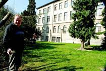 Miletínský starosta Miroslav Nosek u základní školy.
