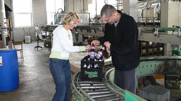 Moto Brouk se v packém pivovaru poprvé stáčí do lahví, které na lince právě kontrolují sládek Ladislav Klazar a vedoucí marketingu Pavlína Krejčová.