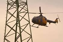 Kontrola vedení elektřiny pomocí vrtulníku.