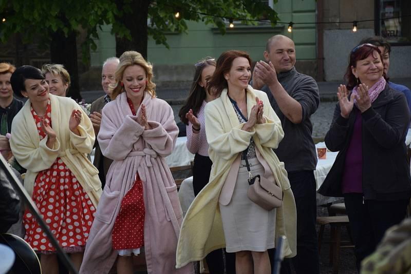Herci se v pauzách snažili zahřívat, jak se dalo.