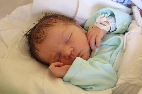 Tomáš Lapáček přišel na svět 15. října s porodní mírou 48 cm a váhou 3,25 kg. Šťastní rodiče Veronika Stránská a Libor Lapáček si malého Tomáška odvezli domů do Libáně, kde se na brášku těšil dvou a půl roční Libor.