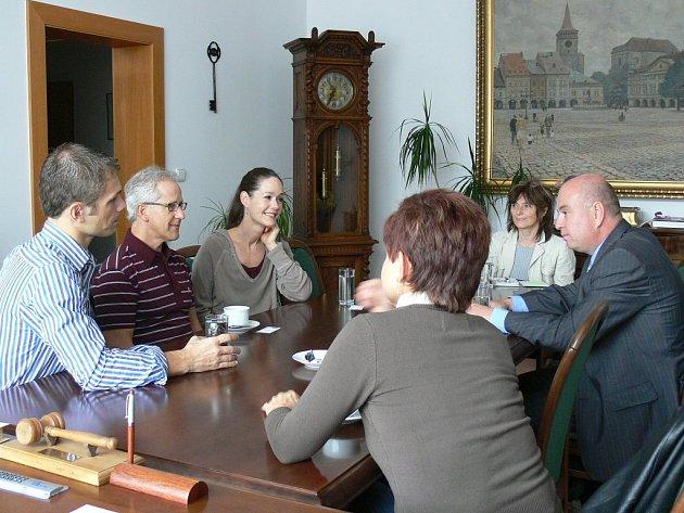 Představitelé amerického baletu v Jičíně se starostou Martinem Pušem.