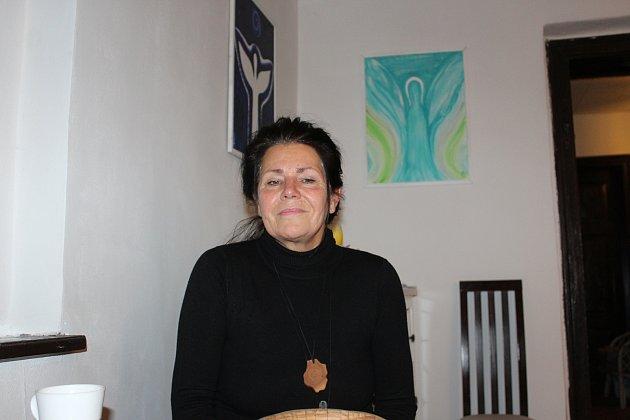 Žena mnoha tváří, tajemná Věra Klucká je nejen výtvarnice a terapeutka, ale zabývá se také numerologií, malbou aury irelaxací.