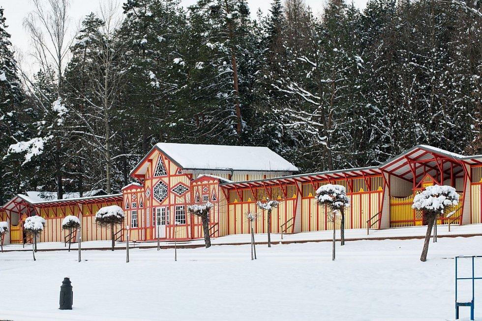 Přírodní koupaliště Dachova zasypal sníh, přesto neztratilo krásnou romantickou atmosféru.