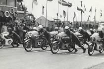Start Ceny Prachovských skal, rok 1966, č. 30  Kel Carruthers - Austrálie – Honda,  č. 32  Jim Curry - Anglie – Honda, č. 33  Walter Scheinmann - Německo - Honda.