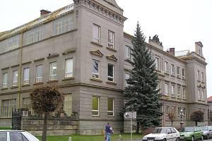 Budova hořické Střední průmyslové školy kamenické a sochařské.