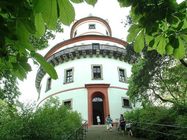 Pod hradem Humprecht bude nyní parkoviště bezpečnější.