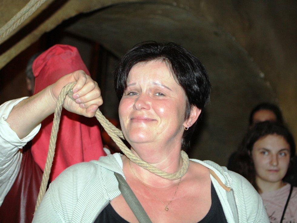 Kat Heřman podrobil návštěvníky noční prohlídky gotického hradu Kost praktické ukázce v mučírně.