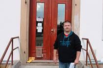 """ROBOUSKÁ základní škola  ožije. """"Po letech se zase vrátí do tříd děti,""""  říká ředitel Jan Jiterský, který zde otevírá druhý stupeň pro Základní školu Bodláka a Pampelišky ve Veliši."""