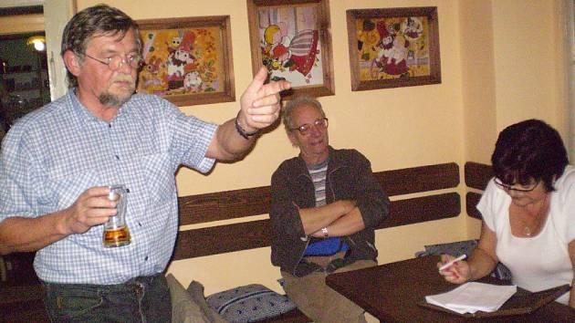 Ze setkání jičínských ochotníků v Rumcajsově ševcovně.