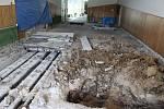 Při rekonstrukci podlahy na ZŠ Železnická se ukázal havarijní stav hlavní kanalizace.