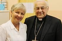 Kardinál Miloslav Vlk vyzdvihl Janu Sieberovou, která je zakladatelkou hořického domácího hospicu Duha.