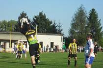 CELKEM JEDENÁCTKRÁT musel žeretický gólman kapitulovat při utkání v Robousích.