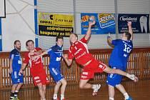 HÁZENKÁŘI JIČÍNA navázali na vítězství v Litovli a po výborném výkonu smetli Hranice. Na snímku jičínský hráč Tomáš Hána při úspěšném zakončení.