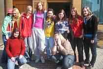 Studentky hořické odborné školy zpříjemnily seniorům Velikonoce.