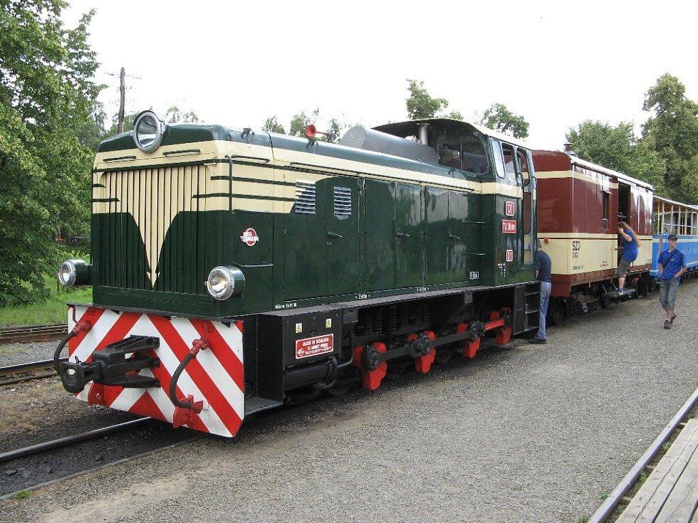 Historická lokomotiva pro úzkokolejnou trať.