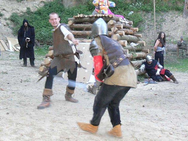 Akci na střelnici zahájili rytíři z novobydžovské skupiny historického šermu Metropolis.