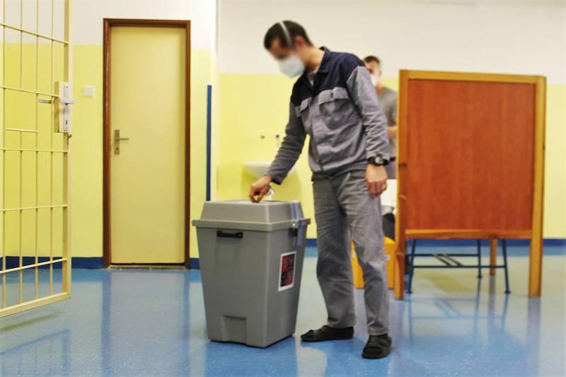 Ve valdické věznici se do zvláštního seznamu voličů přihlásilo 500 z 900 právoplatných voličů z řad odsouzených. Přesná čísla ale ještě nejsou jistá.