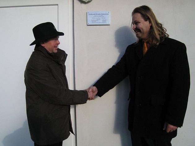 Starosta obce Brada - Rybníček Jiří Ticháček (vlevo) s náměstkem prováděcí firmy Radkem Orendášem při slavnostním předání nového  vodovodu.