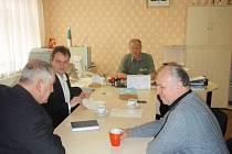 Setkání Jiřího Lišky (zleva) a Zdeňka Lhoty se starostou Vysokého Veselí Lubošem Holmanem.