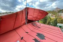 V Náchodě museli hasiči zajistit poškozenou plechovou střechu.